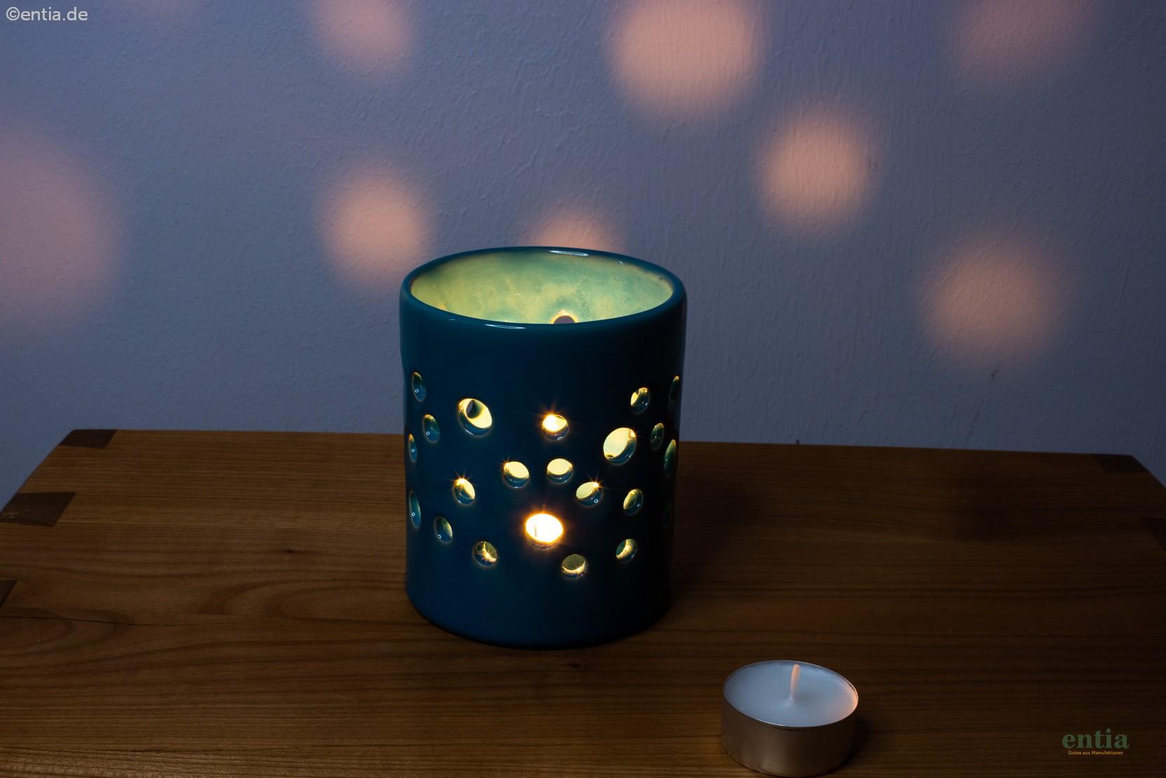 Kleines Windlicht mit Lochmuster pfauenblau