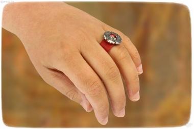 Lederring rot mit rotem Stein und Dekor