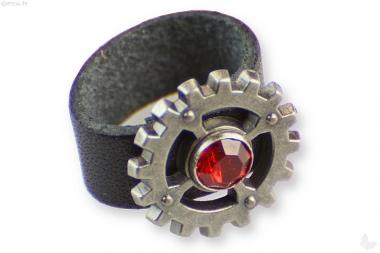 Lederring schwarz mit rotem Stein und Dekor