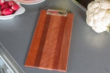 Klemmbrett für die Speisekarte, aus stilvollem Holz, dunkel gestreift