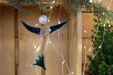 Engel aus aquamarin-farbenem Glas