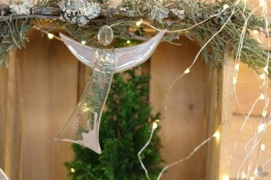 Engel aus grauem Glas